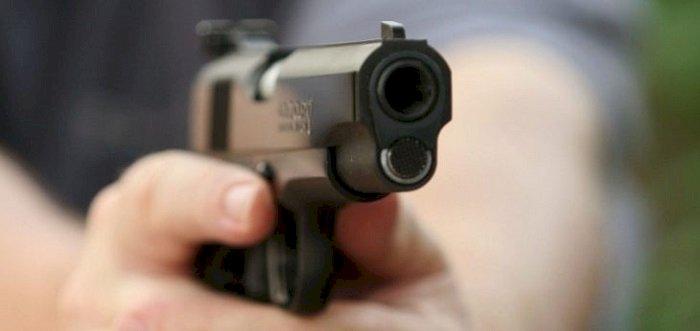 Escuadrón de detectives de NY persiguen asaltantes dispararon a joven después de atracarla