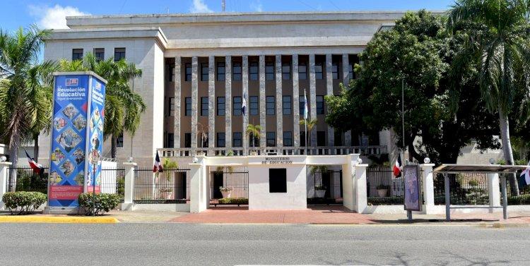 Luis Abinader destituye a varios directores del sector Educación y subdirectores de Procomunidad