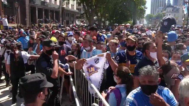 ARGENTINA: Caótica despedida a Maradona sigue suscitando polémica