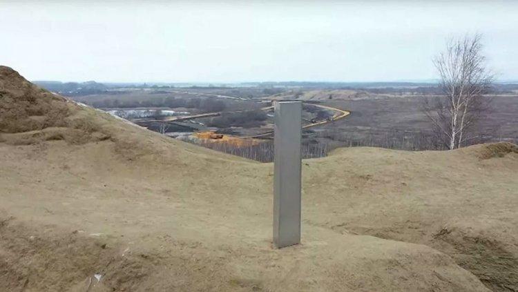 Resuelto el misterio del monolito metálico: se trata de una campaña publicitaria
