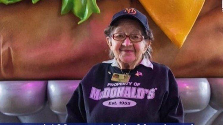 Empleada de McDonald's cumple 100 años y aún no piensa en jubilarse