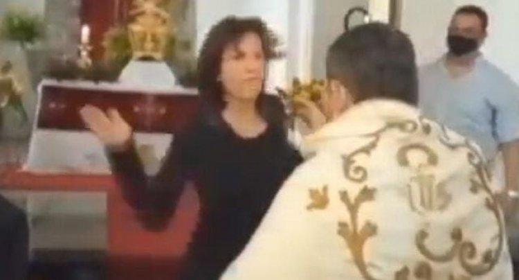 Mujer lanza bofetada a sacerdote mientras oficiaba una misa en Venezuela