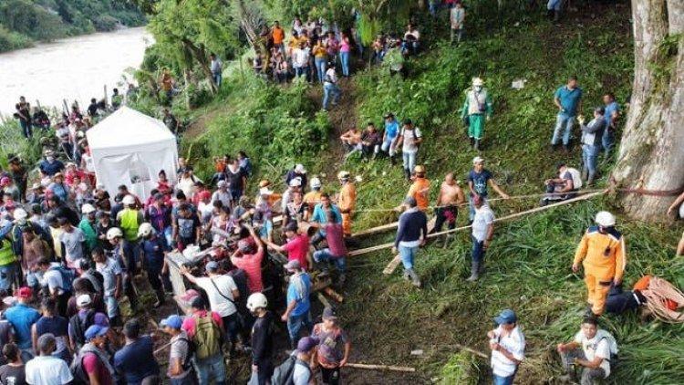 Rescatan cuerpos de 3 de los 11 mineros atrapados en un socavón en Colombia