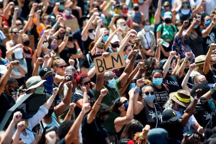 Una gama multicolor alza el puño en EE.UU. por el fin de la violencia racial
