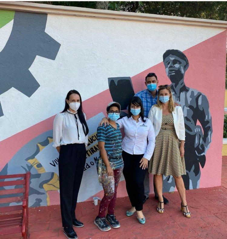 Diplomáticas alemanas recorren Ruta Cultural de los Murales de Ciudad en Santiago