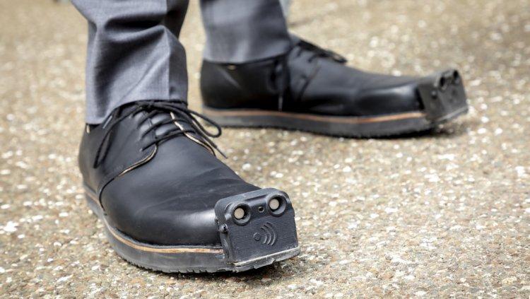 """Zapatos """"guía"""" para ciegos incluirán cámara y un sistema con inteligencia artificial"""