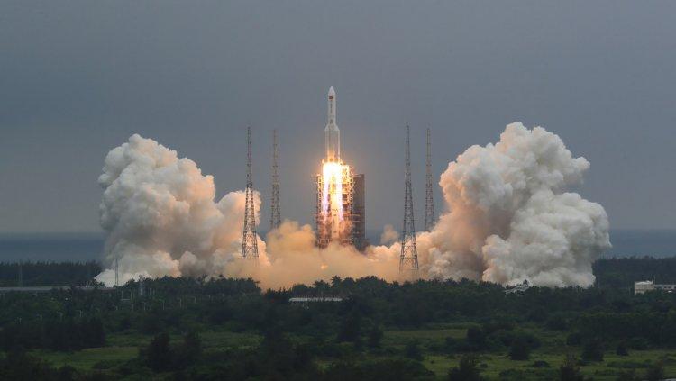 ¿Qué se sabe del cohete descontrolado chino que caerá a la Tierra este fin de semana?