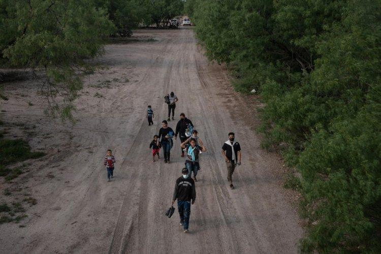 """EE. UU. detiene a dos grandes grupos de """"no ciudadanos"""" en la frontera sur"""