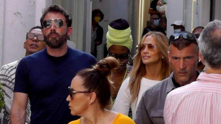 ¡Como dos adolescentes enamorados! Ben Affleck y Jennifer López pasean de la mano en Italia