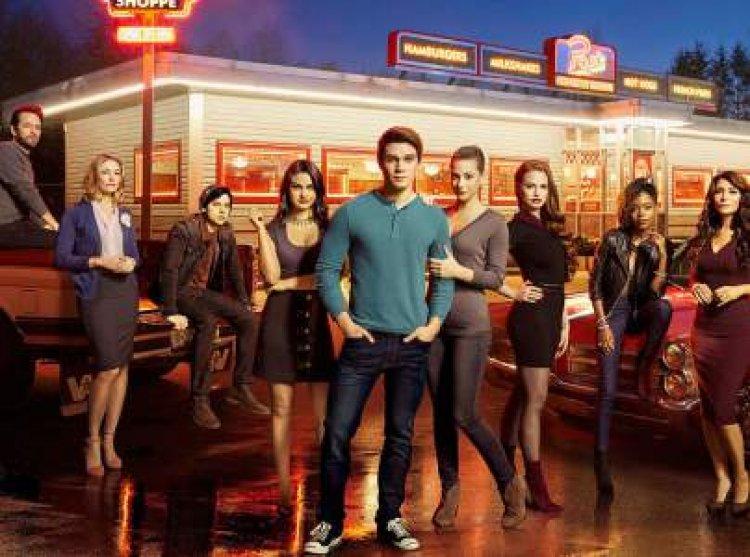 Elenco de 'Riverdale' pide que liberen al padre del creador de la serie