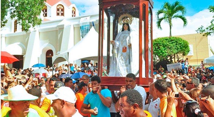 Dominicanos acuden Santo Cerro  Día de la Virgen de Las Mercedes